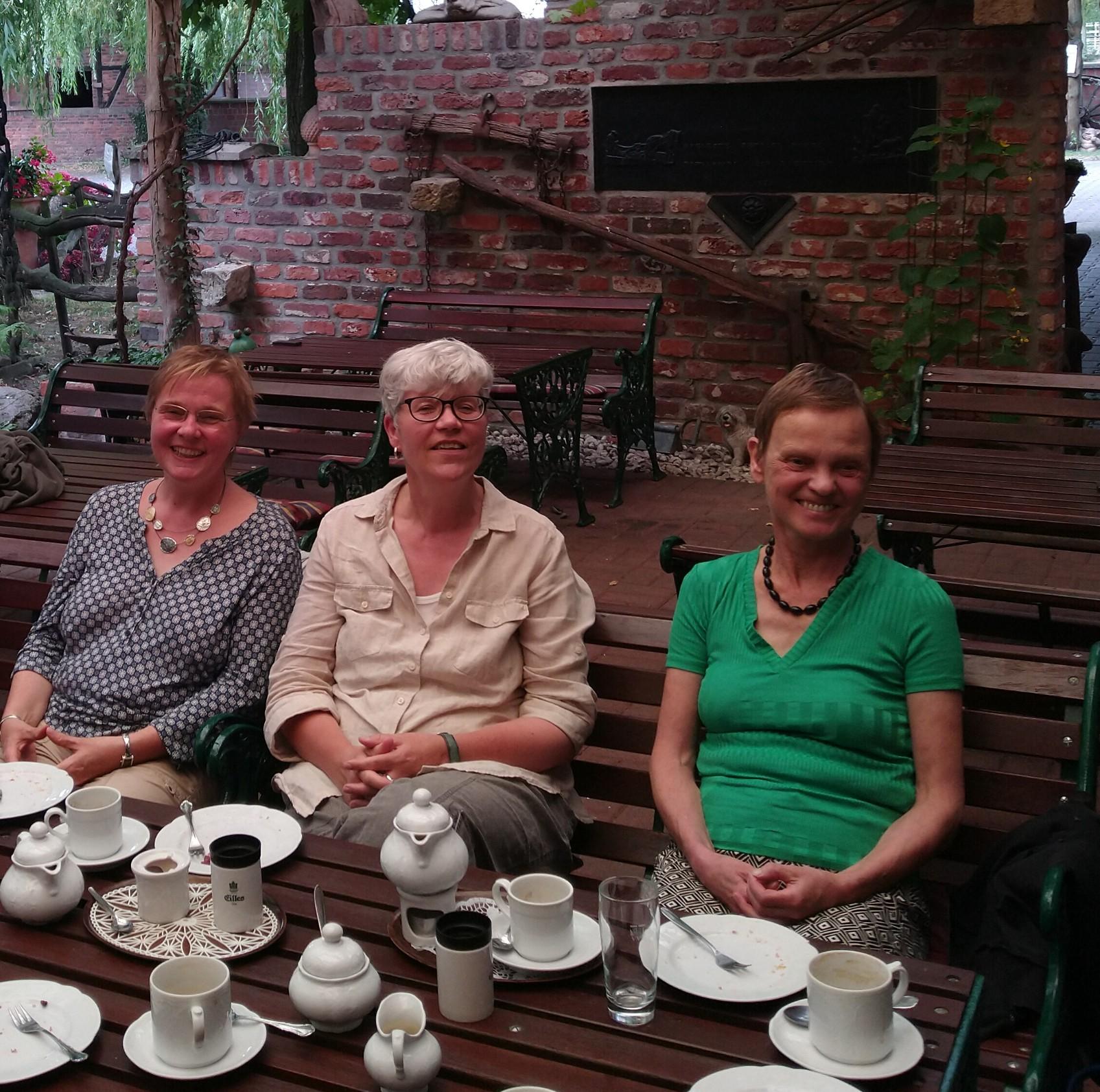 Drei Frauen vom Südviertelhof an einem gedeckten Kaffeetisch